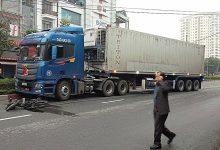 Photo of Xe container lao qua dải phân cách đâm điên loạn trên đường khiến 2 người thương vong