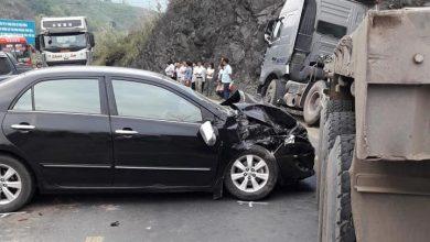 Photo of Xe đầu kéo cố lách qua vụ tai nạn khiến quốc lộ 6 tắc đường kinh hoàng