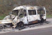 Photo of Xe khách 16 chỗ cháy trơ khung sau cú đâm vào dải phân cách