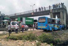 Photo of Xe khách Kết Đoàn đâm vào trụ cầu vượt khiến nhiều người bị thương