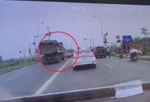 """Photo of VIDEO: Vượt đèn đỏ tốc độ """"bàn thờ"""", xe ben húc văng ô tô con rồi lao xuống ruộng"""