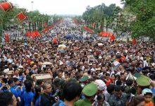 Photo of Hàng vạn người chen chúc trong ngày chính hội Đền Hùng