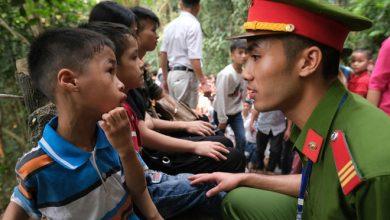 Photo of Nhiều trẻ nhỏ lạc cha mẹ, hoảng sợ giữa biển người đổ về Lễ hội Đền Hùng