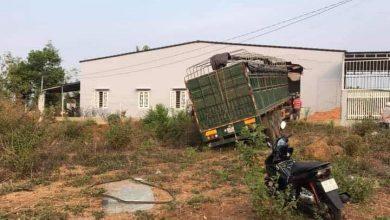Photo of Xe container đâm xuyên nhà dân, 6 người may mắn thoát nạn
