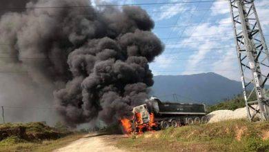 Photo of Xe đầu kéo bốc cháy dữ dội vì vướng đường điện trung thế