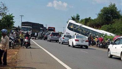 Photo of Né ô tô bị nhóm côn đồ chặn đánh giữa đường, xe khách cắm đầu xuống vực