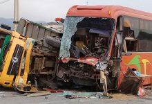 Photo of Xe khách đâm ngang xe tải khiến 2 người nguy kịch