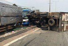 Photo of Lao qua dải phân cách, xe tải đâm trúng xe khách đi ngược chiều