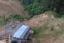 Photo of Xe chở gỗ lật nghiêng dưới vực sâu, tài xế và phụ xe tử vong