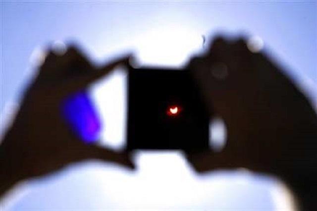 Có thể khoét một lỗ tròn nhỏ ở trên một tấm bìa để có thể dễ dàng quan sát