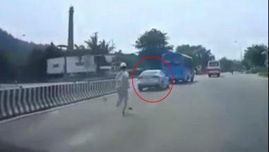 """Photo of VIDEO: Ô tô """"thông chốt"""" BOT, nhân viên thu phí vứt cả dép đuổi theo không kịp"""