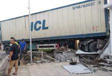 Photo of Người dân hú vía vì xe container mất lái lao qua dải phân cách, đâm thẳng vào nhà