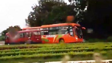 Photo of VIDEO: Xe khách chạy ngược chiều như tên bay giữa trời mưa tại Thanh Hóa