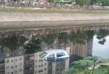 Photo of Hà Nội: Ôtô bốn chỗ bất ngờ lao xuống sông Tô Lịch