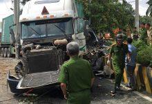 Photo of [CẬP NHẬT] Xe container tông trực diện ô tô 4 chỗ, 5 người thiệt mạng
