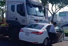 Photo of VIDEO: Container 'ủi' taxi gần trăm mét giữa đường khiến hành khách hú vía