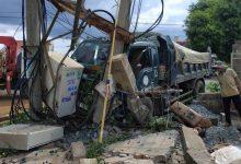 Photo of Tai nạn liên hoàn khiến 2 người thương vong và làm 600 hộ dân mất điện