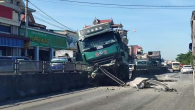 """Photo of Xe máy """"tạt đầu"""" khiến hàng loạt xe tải, container gặp tai nạn liên hoàn"""