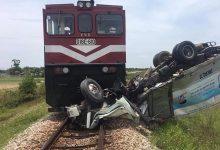 Photo of Tài xế xe tải đứt lìa chân sau khi bị tàu hỏa đâm bay 100 mét