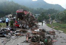 Photo of Xe tải chở sắt đâm xe khách ở Hòa Bình khiến 3 người chết, hơn 30 người bị thương