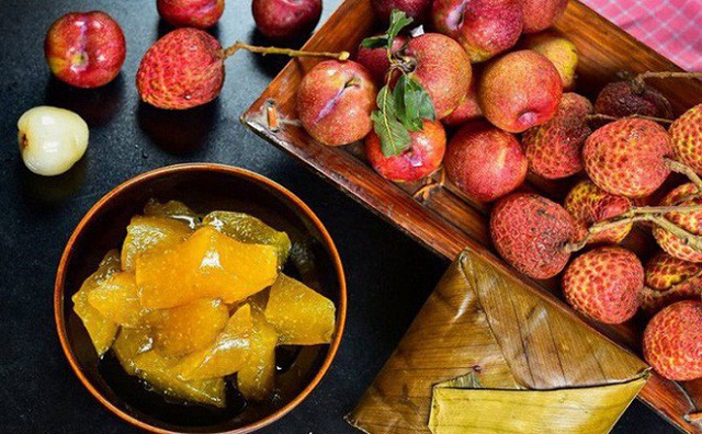 """Sau lễ cúng vào giờ Ngọ thì cả gia đình sẽ quây quần bên nhau ăn trái cây chua và bánh tro để giết """"sâu bọ"""""""