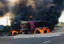 Photo of Xe ben va chạm xe chở dầu rồi bốc cháy khiến 2 cha con lái xe thiệt mạng trong buồng lái