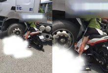 """Photo of Kinh hoàng nữ """"quái xế"""" nhỡ tay ga khiến cả người lẫn xe kẹt cứng dưới bánh container"""