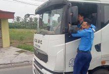 Photo of VIDEO: Thanh tra giao thông 'đánh đu' gần 3km trên xe quá tải tháo chạy khỏi trạm cân