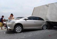 Photo of Cầu Thanh Trì kẹt cứng hàng cây số vì xe tải đè bẹp xe con, chắn ngang mặt cầu