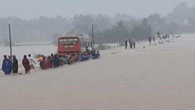 Photo of Cố vượt đường ngập lụt, ô tô chở 60 công nhân phải dừng giữa dòng