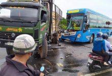 Photo of Ô tô khách nát đầu, hành khách hoảng loạn sau cú đâm đuôi xe tải
