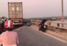 Photo of Hà Nội: Xe container đâm nhiều xe máy, một người rơi xuống sông Hồng