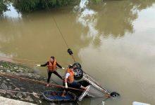 Photo of Taxi chở 3 người lao xuống sông, hành khách tử vong, tài xế mất tích