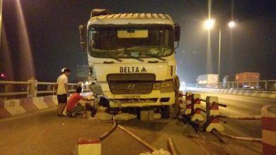 """Photo of Xe bồn nổ lốp """"san phẳng"""" 20m dải phân cách trên cầu Thanh Trì, tông 4 người nhập viện"""