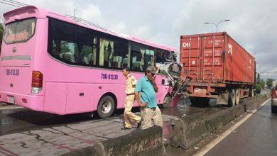 Photo of Ô tô khách tông xe container ở Sài Gòn, hàng chục người may mắn thoát nạn