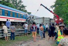 Photo of Băng qua đường ray không quan sát, container bị tàu hỏa tông gãy đôi