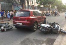 Photo of Người phụ nữ lái ô tô tông nhiều xe máy trước cổng trường tiểu học