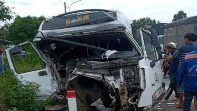 Photo of Xe container tông sập nhà dân sau khi tông nát đầu xe ben