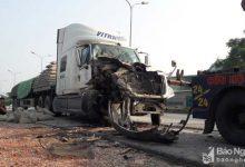 Photo of Xe đầu kéo nát đầu sau cú đâm trực diện vào đuôi xe tải đỗ bên đường