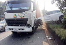 Photo of Ô tô 4 chỗ bị xe container tông hất văng lên hàng rào, tài xế gào thét kêu cứu