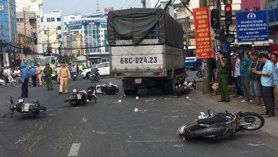 Photo of Xe tải tông 6 xe máy dừng chờ đèn đỏ làm nhiều người bị thương