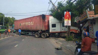 """Photo of Xe container """"san phẳng"""" dải phân cách rồi húc sập nhà dân"""