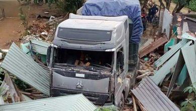 Photo of Xe container tông sập nhà, 3 người trong gia đình lọt thỏm dưới gầm xe