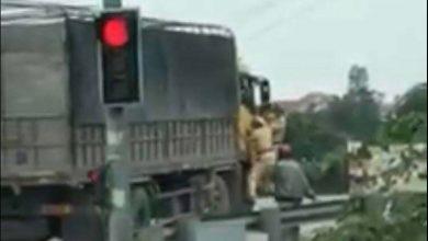 Photo of VIDEO: Tài xế nhấn ga bỏ chạy bất chấp CSGT đu bám trên cửa yêu cầu dừng xe