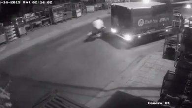 Photo of VIDEO: Đối tượng cướp giật rồi tăng ga bỏ chạy, tông vào xe tải tử vong?