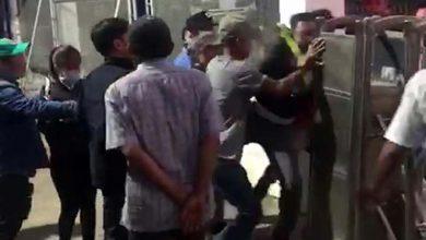 Photo of VIDEO: Nhóm tài xế gây rối, hành hung nhân viên thu phí BOT Ninh Xuân