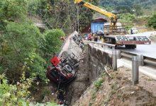 Photo of Xe khách rơi xuống vực, hành khách đập cửa kính thoát thân