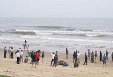 Photo of Nhóm học sinh đi tắm biển ngày cuối năm, 2 em bị sóng cuốn mất tích