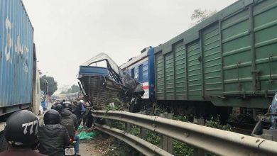 Photo of Cố tình băng qua đường sắt, ô tô bị tàu hỏa cán nát, tài xế nguy kịch
