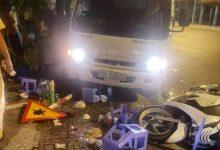 Photo of Xe tải lao lên vỉa hè tông vào bàn nhậu khiến 2 người nguy kịch